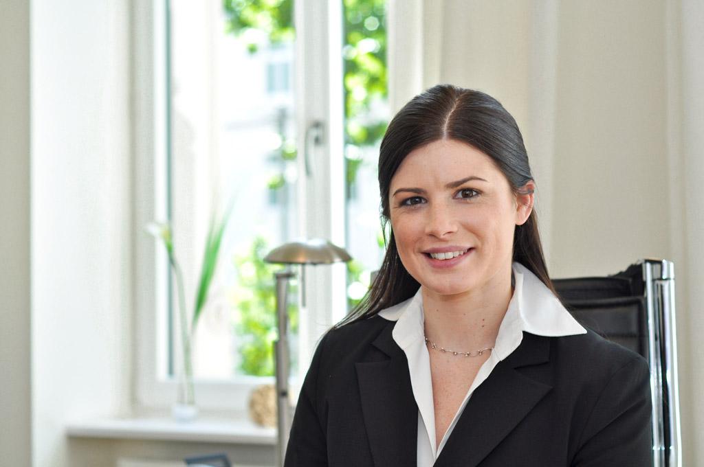business fotografie eine Dame im Anzug