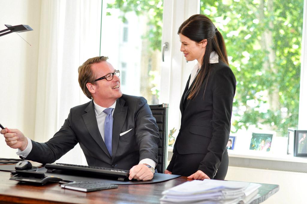 business fotografie eine Dame im Anzug im Gespräch mit einem Manager